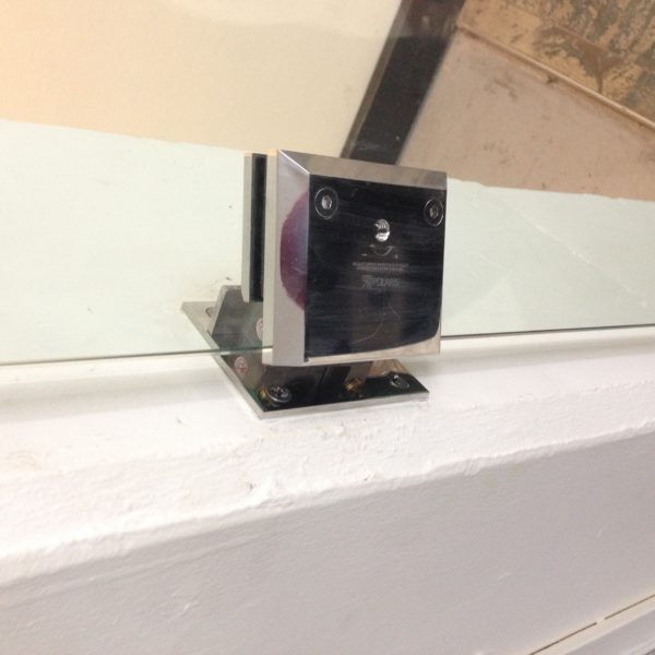 Wall mounted hydraulic hinges with gate